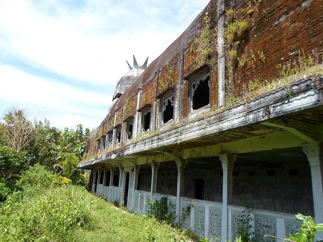 Theo người đã xây dựng nó - Daniel Alamsjah, tòa nhà không phải là một con gà cũng không phải là một nhà thờ.