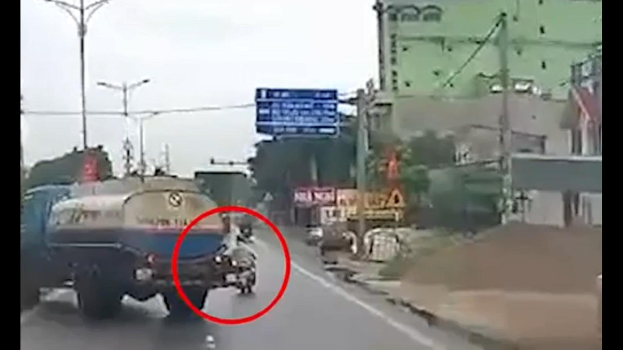 Clip: Bị tạt đầu, lái xe bồn chở xăng drift vào dải phân cách tránh gây họa sát nhân - 1