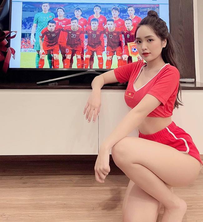 Lê Phương Anh (sinh năm 1997) là nữ cổ động viên gây chú ý nhất trận đấu giữa tuyển Việt Nam - Indonesia, vòng loại World Cup 2022 diễn ra vào đêm qua (7/6).