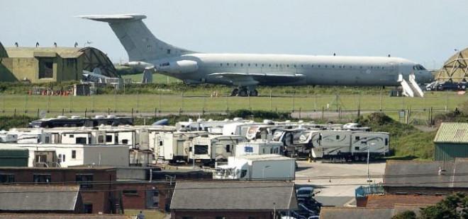 """Cận cảnh mật vụ Mỹ """"đông như kiến"""" tháp tùng bảo vệ ông Biden tại Anh - 1"""