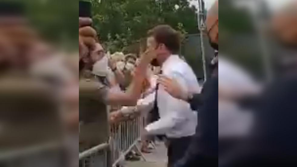 Tổng thống Pháp bất ngờ bị tát vào mặt - 1