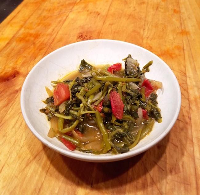 Loại rau này được xem như cỏ dại ở Việt Nam, mọc hoang khắp bờ bụi hoặc khu đất trống.