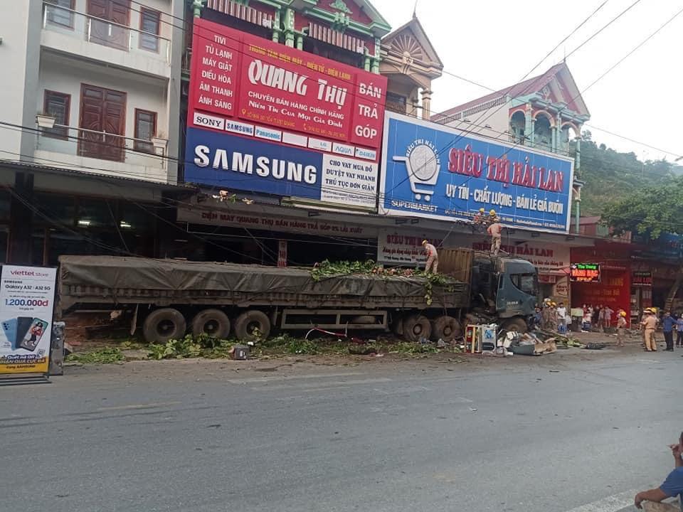 Tài xế container đánh lái cứu 2 người, nghiền nát hàng chục xe máy xin dừng nhận tiền hỗ trợ - 4