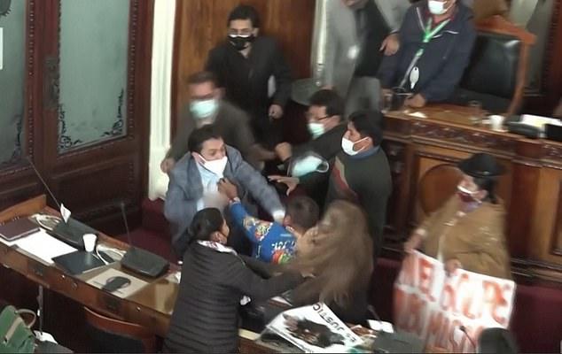 Video: Chính trị gia Bolivia ẩu đả kịch liệt giữa quốc hội như trên sàn đấu boxing - 1