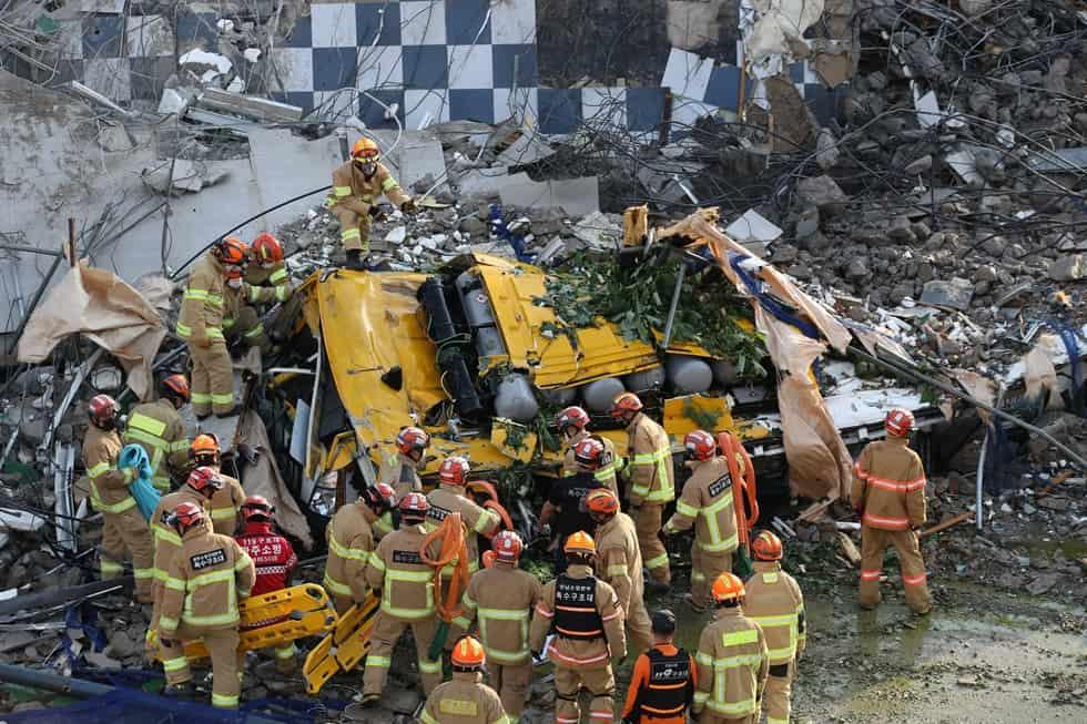 Video: Tòa nhà 5 tầng ở Hàn Quốc đổ sập ngang đường, chôn vùi xe buýt chở nhiều người - 1