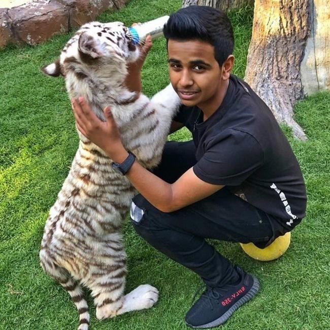 Thậm chí, thiếu gia Rashed Saif Belhasa (17 tuổi, biệt danh Money Kicks) là con trai của tỷ phú Saif Ahmed Belhasa có cuộc sống nhung lụa từng khoe khu vườn thú mini.