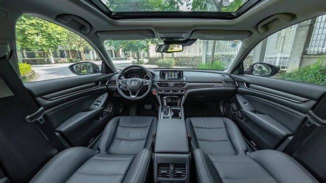 1. Honda Accord 2021 (giá khởi điểm: 24.770 USD, điểm nội thất: 8,1/10)