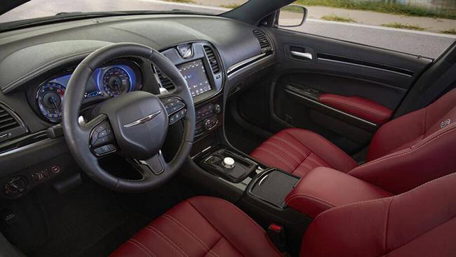 2. Chrysler 300 2021 (giá khởi điểm: 30.445 USD, điểm nội thất: 8/10)