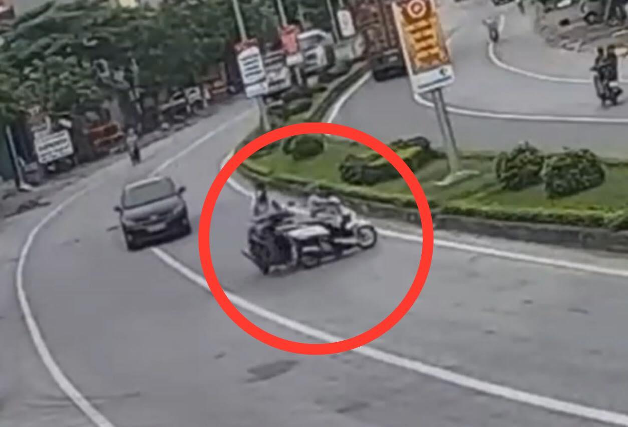 """Clip: Phi xe cắt ngang đường như tự sát, """"ninja lead"""" gặp ngay tai nạn - 1"""