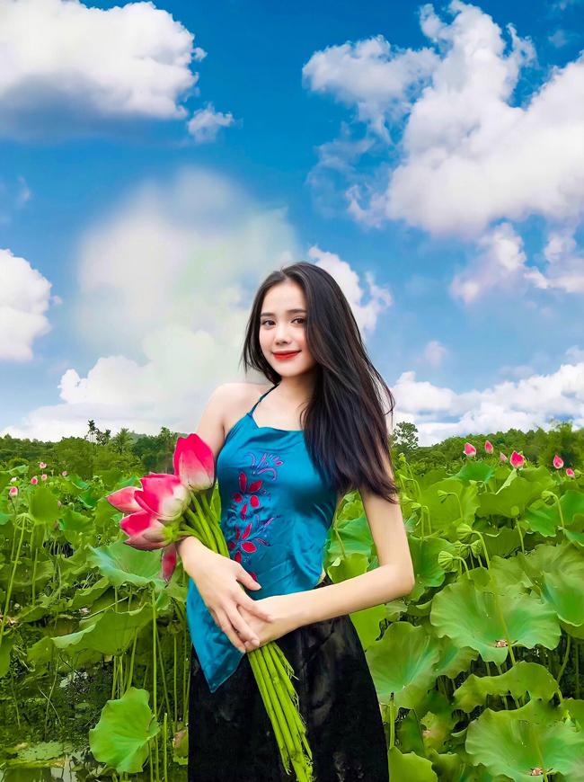 Bộ ảnh nghệ thuật bên sen đầu mùa của Trần Thư (quê Nghệ An) đang thu hút được sự quan tâm của đông đảo dân mạng.