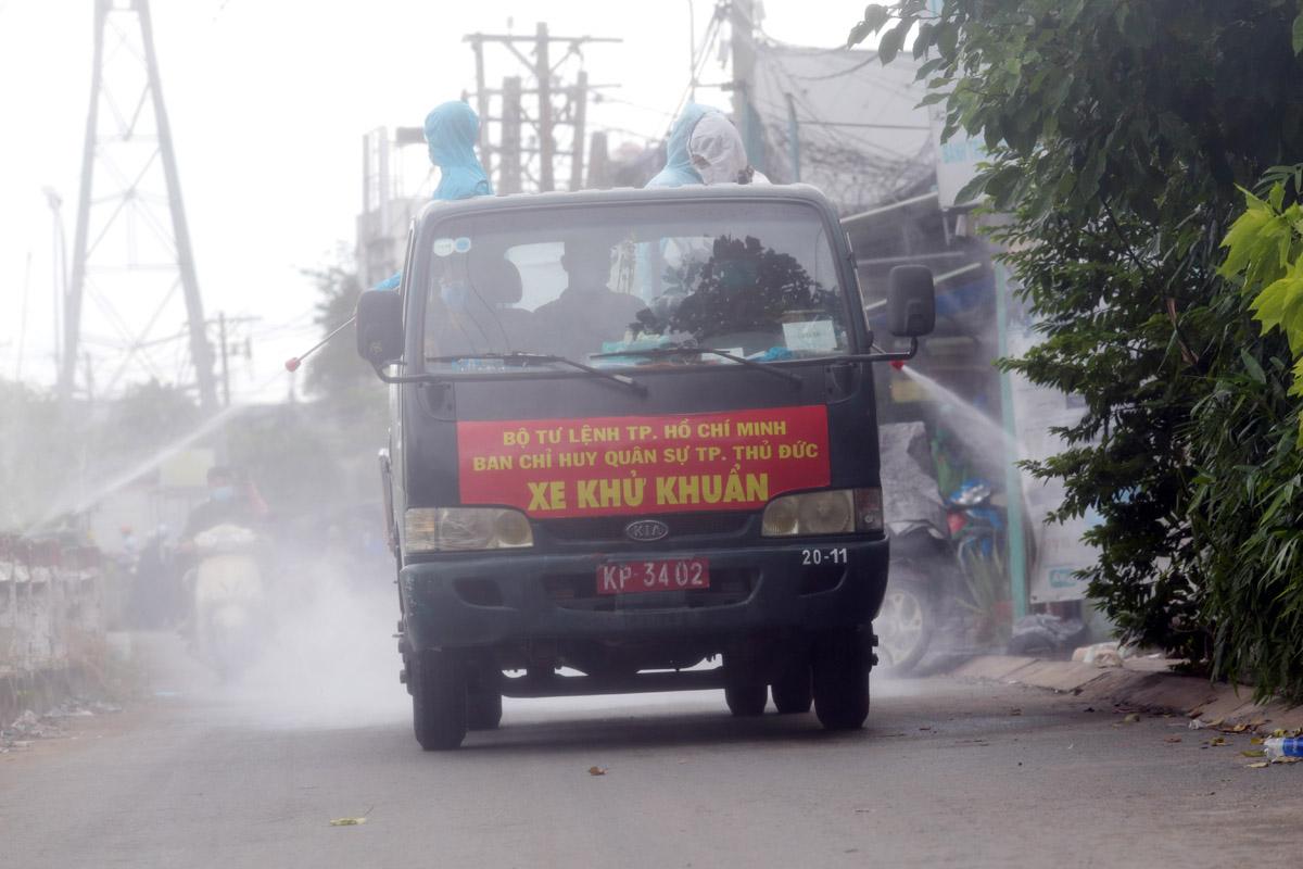 Ảnh: Quân đội phun khử khuẩn 4 tuyến đường ở TP Thủ Đức - 1