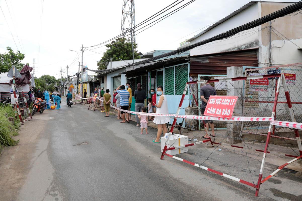 Ảnh: Quân đội phun khử khuẩn 4 tuyến đường ở TP Thủ Đức - 10