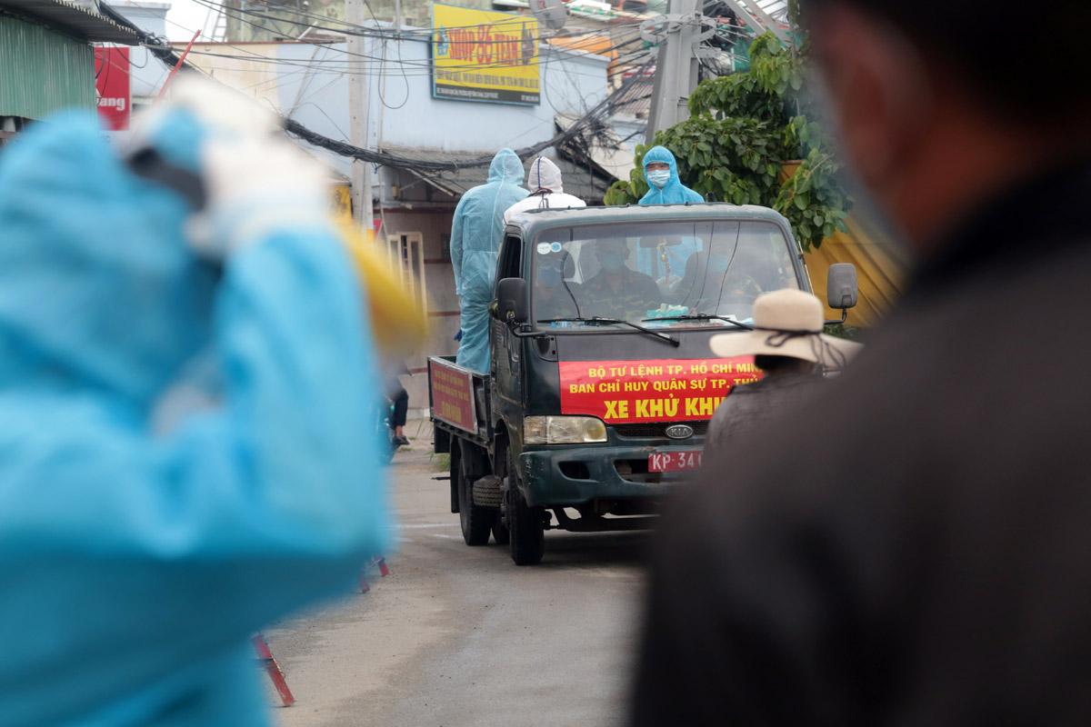 Ảnh: Quân đội phun khử khuẩn 4 tuyến đường ở TP Thủ Đức - 12