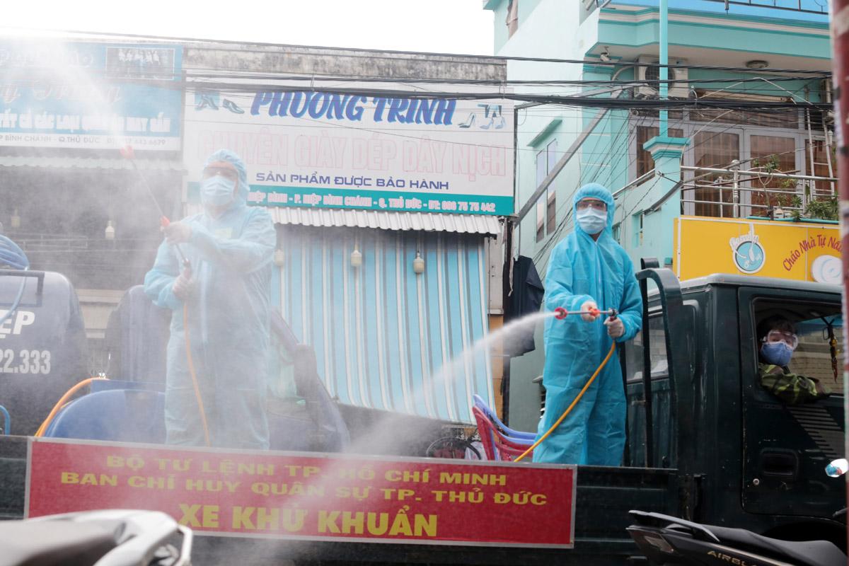 Ảnh: Quân đội phun khử khuẩn 4 tuyến đường ở TP Thủ Đức - 6