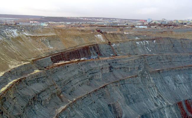 """Nhờ nguồn thu """"khủng"""" ở thời điểm đó, mỏ Mirne đã cung cấp một khoản chi phí quân sự vô cùng lớn cho chính phủ. Tuy nhiên, đời sống dân cư địa phương """"nghèo vẫn hoàn nghèo""""."""