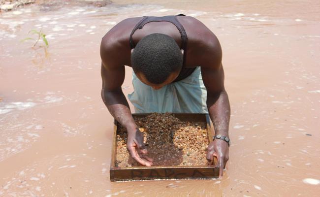 Cộng hòa Dân chủ Congo ở châu Phi đứng thứ 2 trong danh sách những quốc gia có trữ lượng kim cương lớn nhất toàn cầu. Với 150 triệu carat kim cương trên toànthế giới, kinh tế Congo phần lớn phụ thuộc vào việc khai thác khoáng sản, nhất là kim cương tự nhiên.