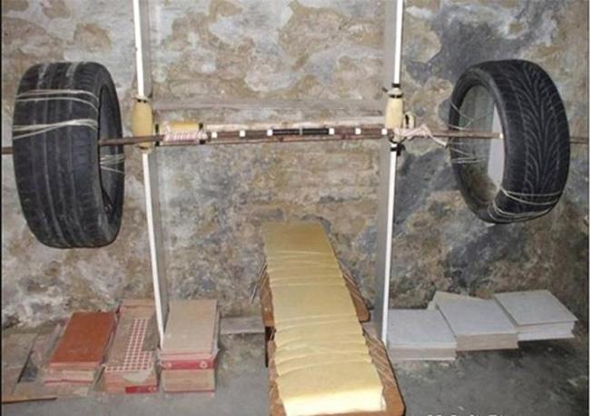 Đam mê tập gym nhưng nhà có sẵn lốp xe.