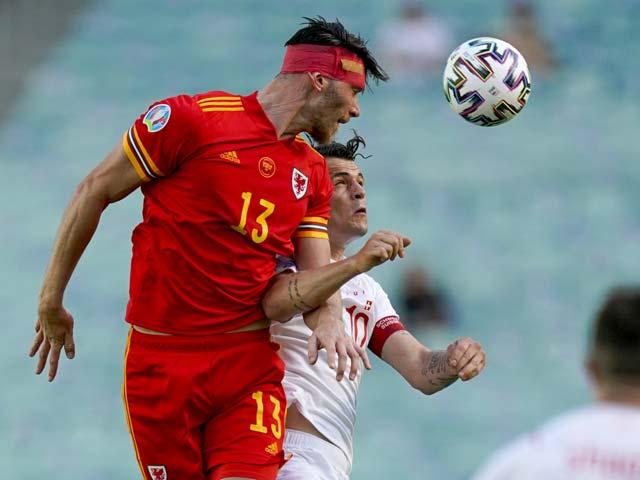 Sốc sao Xứ Wales chấn thương phải băng đầu vẫn dùng đầu ghi bàn - 1