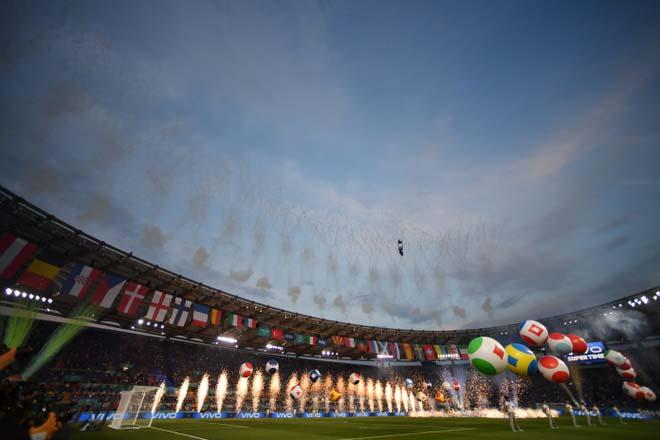 Lễ khai mạc EURO 2021: Bữa tiệc của âm thanh và màu sắc - 1