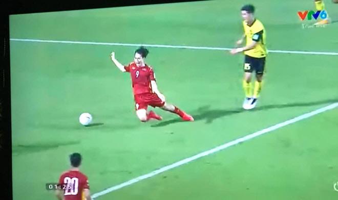 """Trêu Văn Toàn """"vấp cỏ ngã được penalty"""", cầu thủ Trọng Đại phải lên tiếng xin lỗi - 1"""