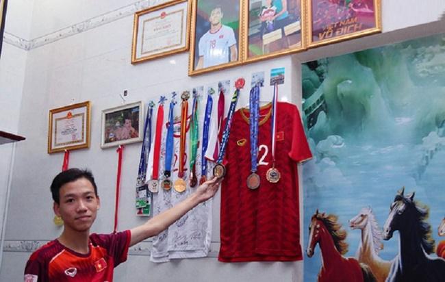 Một góc trong nhà lưu giữ những kỷ niệm về các giải đấu của Tiến Linh.