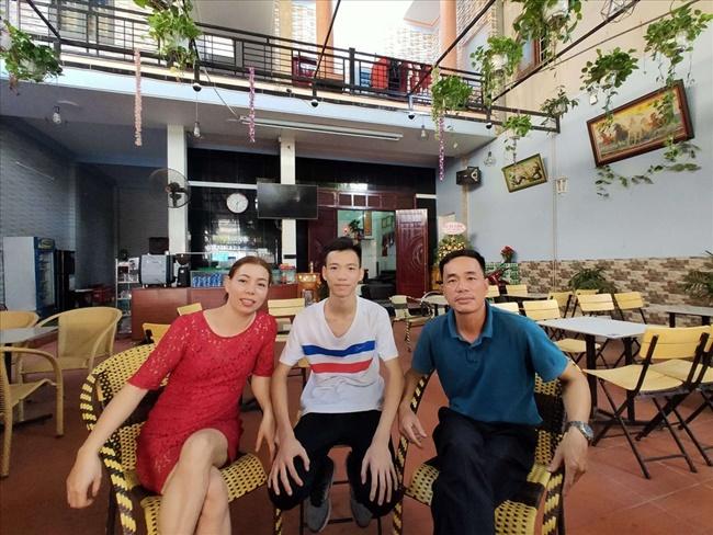 Căn nhà 2 tầng có phía trước là nơi kinh doanh quán cà phê của bố mẹ.