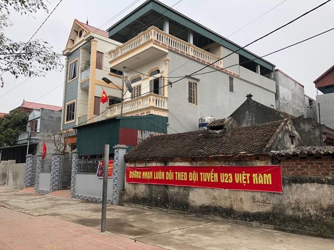 Tuyển thủ Quang Hải cùng gia đình ở trong căn nhà diện tích đất hơn 200 mét vuông ở cuối làng Đường Nhạn, xã Xuân Nộn, huyện Đông Anh, Hà Nội.
