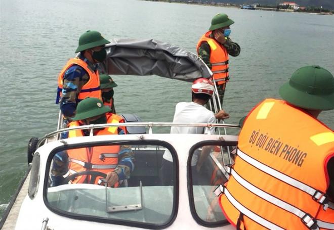 """3 ngư dân bất ngờ phát hiện """"kho báu"""" kim loại dưới đáy biển Quảng Bình - 1"""