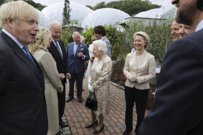Vợ chồng Tổng thống Mỹ phạm nghi thức tại cuộc họp của các nước G7 - 1