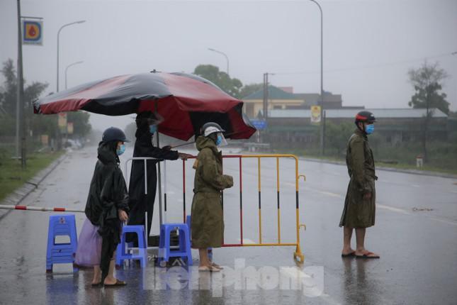 Xúc động hình ảnh chiến sĩ dầm mưa bám chốt chống dịch COVID-19 - 1