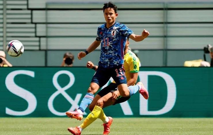 """""""Messi Nhật"""" lập siêu phẩm sút xỏ háng một lúc 4 cầu thủ, Messi xịn phải nể - 1"""