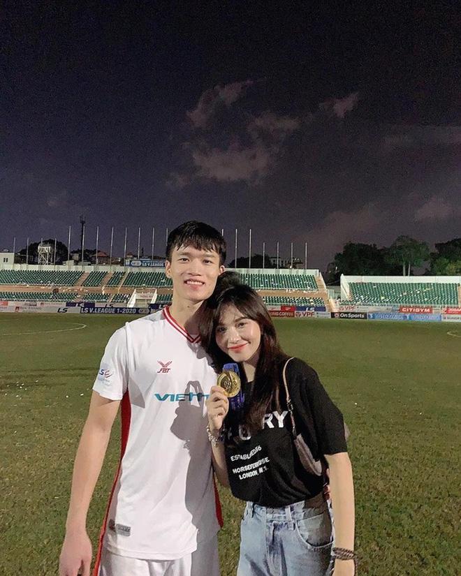 """Bạn gái cầu thủ tuyển Việt Nam không ngại ra công viên để """"độ"""" dáng săn chắc - 1"""