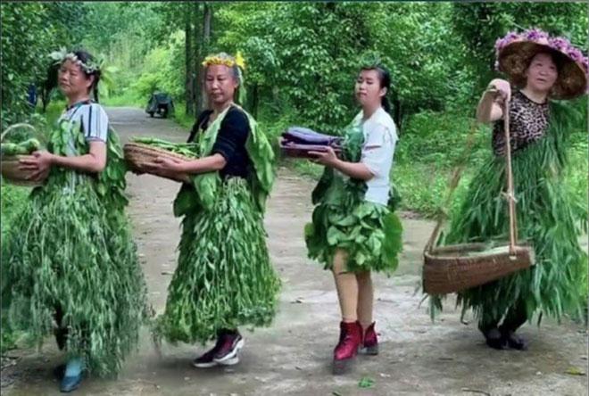 Bốn phụ nữ nông thôn nghĩ ra tuyệt chiêu bán rau độc đáo - 1
