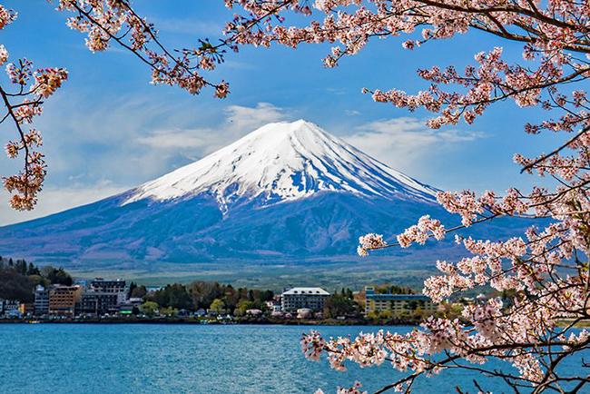 Núi Phú Sĩ, Nhật Bản: Mặc dù núi Phú Sĩ là một núi lửa đang hoạt động, nhưng nó đã không phun trào kể từ năm 1708. Ngọn núi phủ tuyết tuyệt đẹp này là một trong 'Ba ngọn núi Thánh' của Nhật Bản và đồng thời là biểu tượng của quốc gia này.