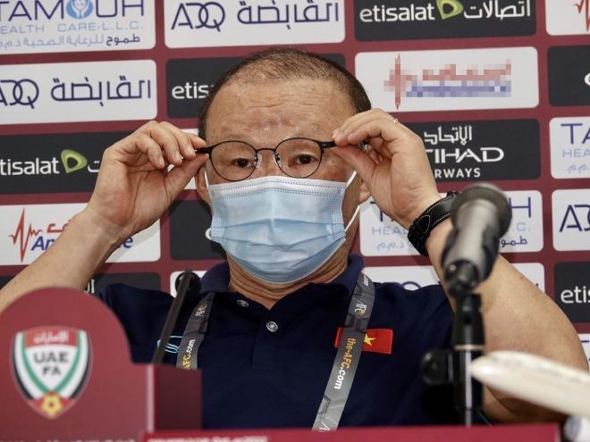 Họp báo ĐT Việt Nam đấu ĐT UAE: Thầy Park tin tưởng trợ lí Lee Young Jin - 1