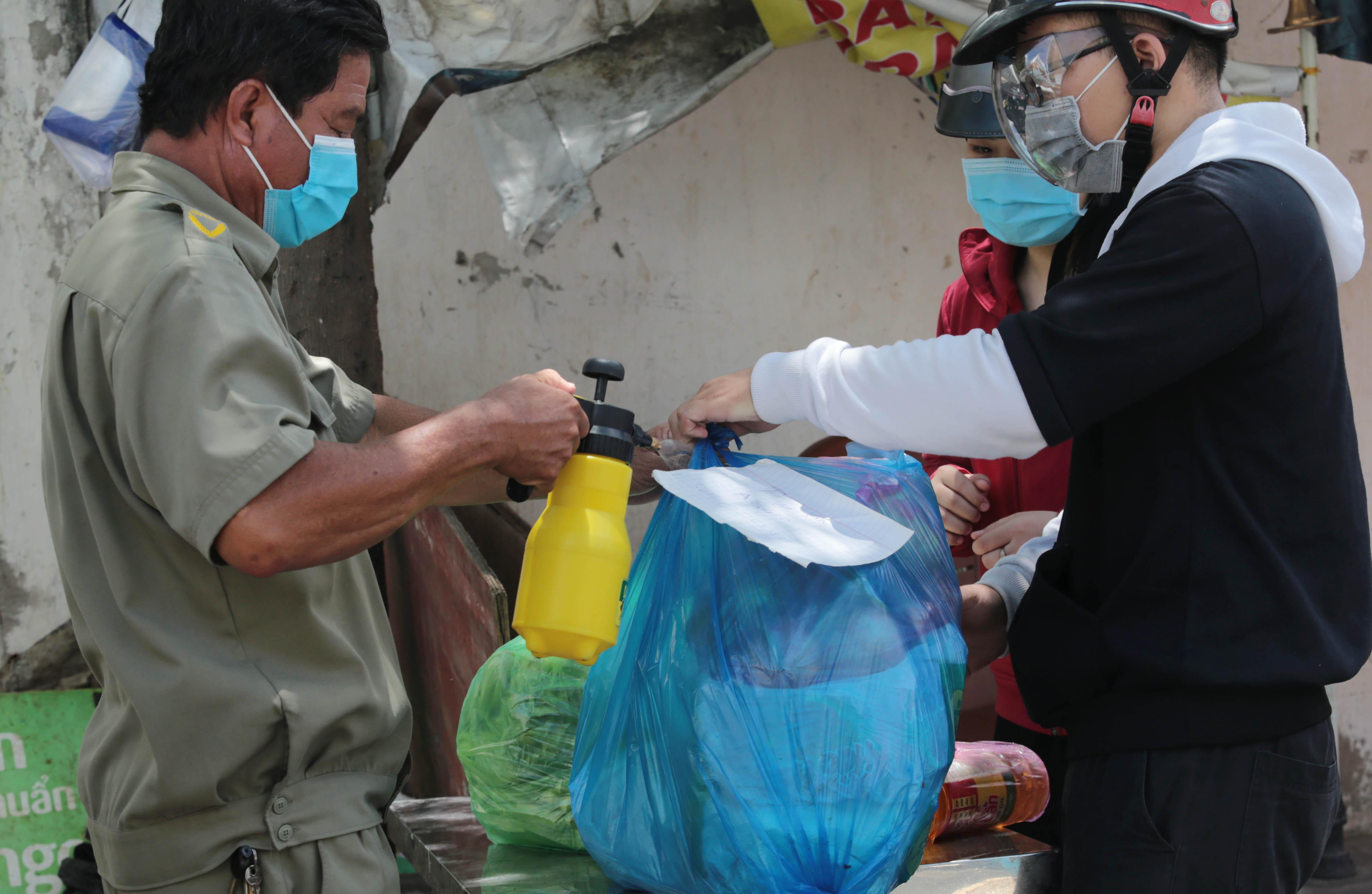 Ảnh: Khử khuẩn toàn bộ hàng hóa vận chuyển vào chung cư đang bị phong tỏa ở Sài Gòn - 4