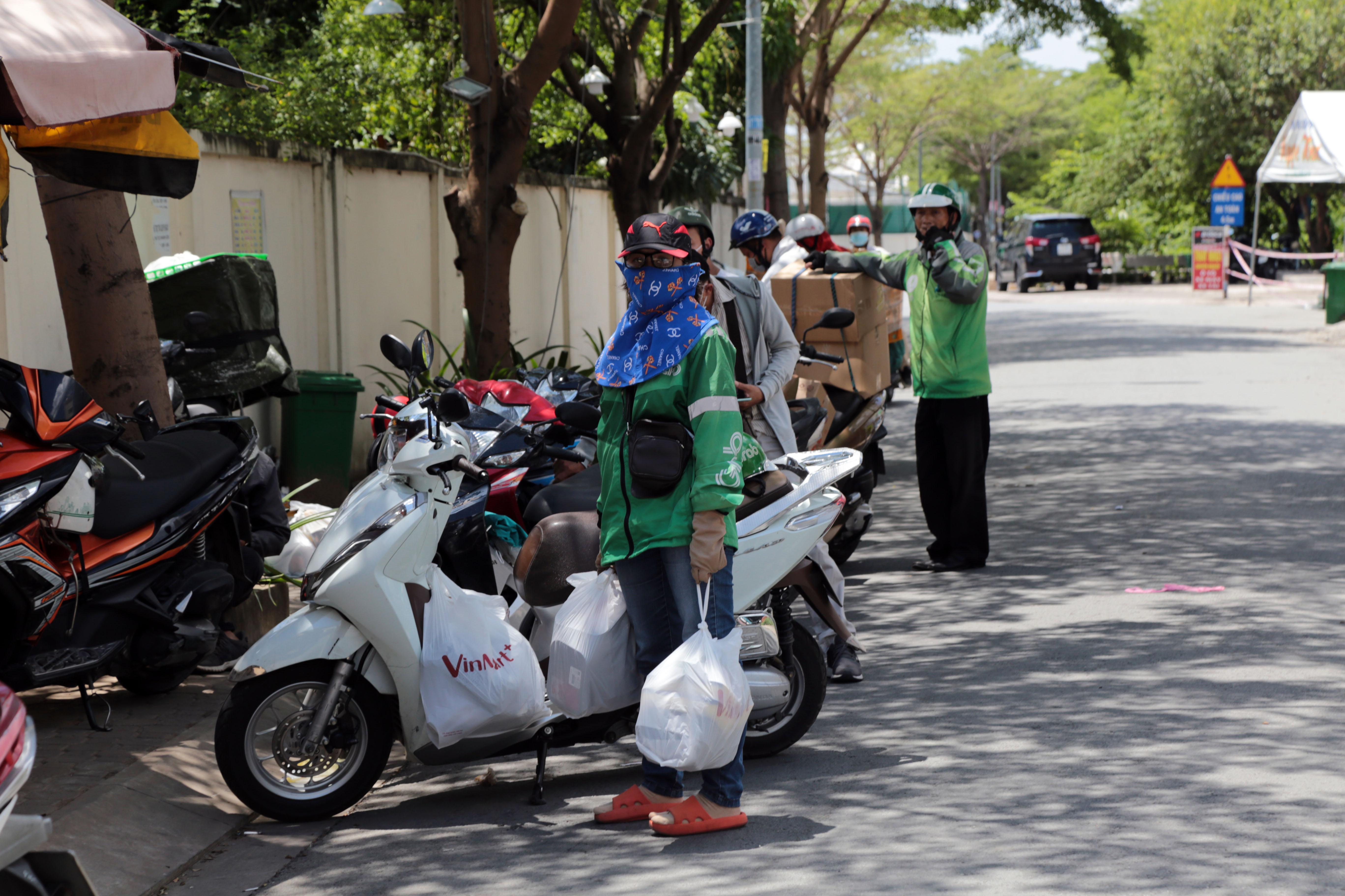 Ảnh: Khử khuẩn toàn bộ hàng hóa vận chuyển vào chung cư đang bị phong tỏa ở Sài Gòn - 9