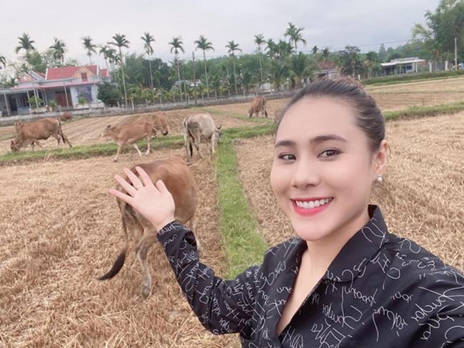 Hồ Bích Trâm được biết đến với vai trò diễn viên. Cô cũng nhiều lần thể hiện giọng hát ngọt ngào tại các chương trình gameshow. Trên trang cá nhân, người đẹp sinh năm 1991 từng chia sẻ hình ảnh ở quê nhà Quảng Ngãi.