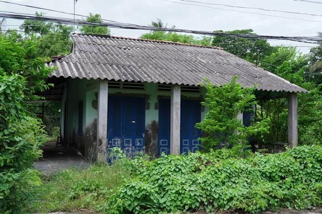 Hình ảnh căn nhà cấp 4 đơn sơ, xập xệ, tường loang lổ màu ở Gò Công, Tiền Giang của Hồ Văn Cường. Sau 5 năm đi hát, giọng ca nhí sinh năm 2003 không hề biết cát-xê của mình là bao nhiêu, căn nhà ở quê cũng không được sửa sang.