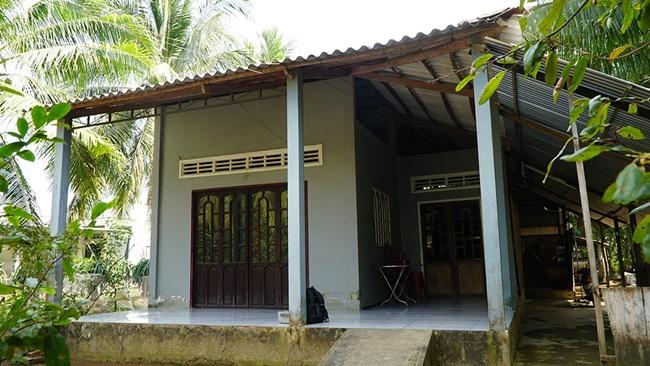 Nhà của nam ca sĩ nổi đình đám ở quê Bến Tre khá đơn sơ, nằm lọt thỏm giữa vườn dừa xanh mát.