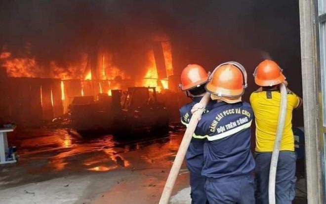 CLIP: Cháy phòng trà trong đêm khiến 6 người mắc kẹt tử vong - 1