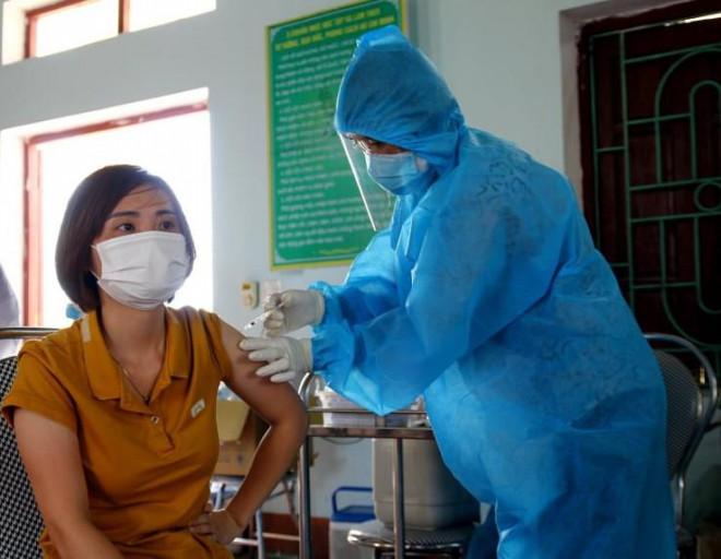 Sau tiêm 2 mũi vắc-xin COVID-19, nguy cơ tử vong nếu mắc bệnh giảm gần 100% - 1
