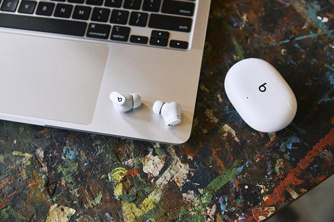 Apple tung thêm tai nghe không dây chống ồn giá hấp dẫn - 1