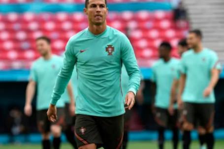 """Ronaldo ra tay trong buổi họp báo EURO 2020 khiến UEFA """"nóng mắt"""""""
