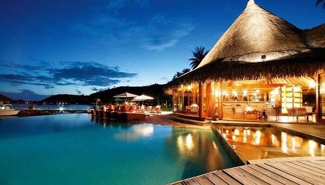 Đảo Bora Bora ở Polynesia, Pháp: Đây là một điểm nghỉ dưỡng trong mơ của du khách. Các bungalow trên mặt nước và các hoạt động thể thao dưới nước khiến nơi đây trở thành điểm đến thu hút cả những người nổi tiếng như Nicole Kidman, Keith Urban, Vince Vaughan...