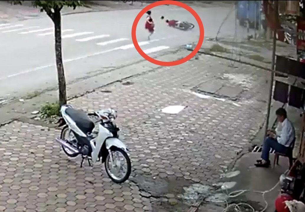 """Clip: """"Quý cô"""" đi bộ nghênh ngang giữa đường khiến lái xe máy ngã lăn lộn nhiều vòng - 1"""
