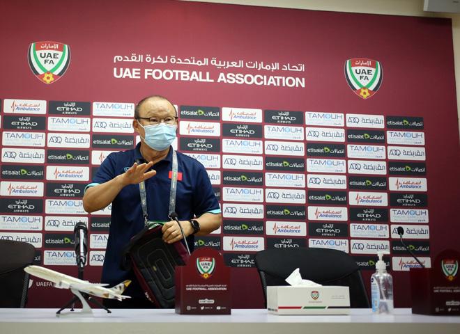 """Thầy Park bực mình vì bị phóng viên UAE """"quay lén"""" tài liệu mật - 1"""