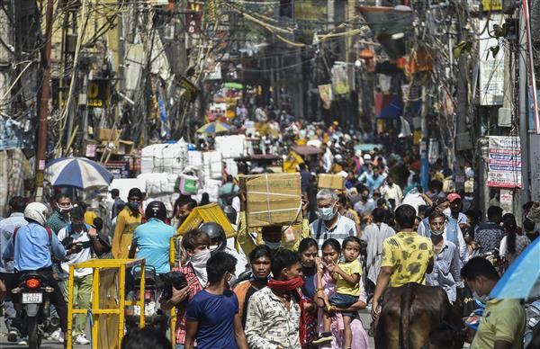 Ấn Độ: Hàng nghìn người kéo đi mua sắm ở thủ đô, bác sĩ lo ngay ngáy - 1