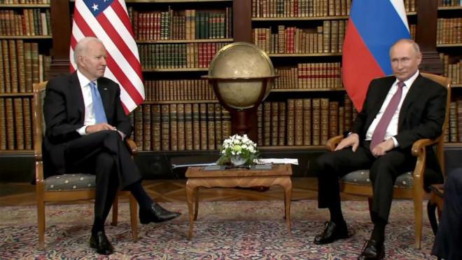 Ông Putin và ông Biden giữ khuôn mặt lạnh và tránh nhìn nhau - 1