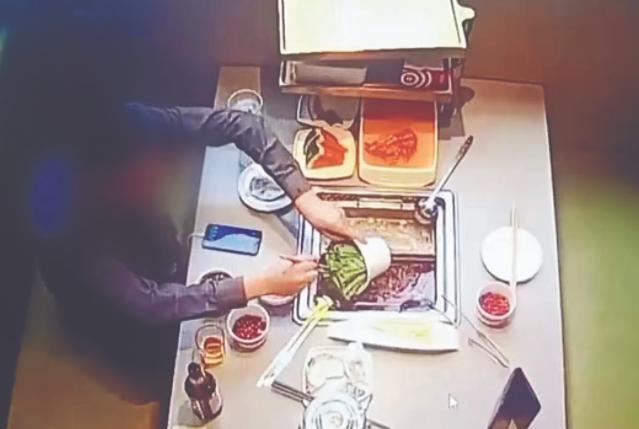 """Thanh niên đi ăn 2 lần đều gặp nồi lẩu có gián, cầm tiền bồi thường thì """"bi kịch"""" ập đến - 1"""